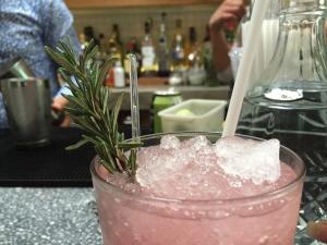 Mr. Pink: Ginebra, jugo de toronja, jarabe de romero, jugo de limón verde, bitters y albahaca fresca.