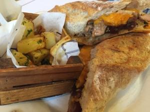 Philly: Crujiente baguette fresca, puntas de filete, cebolla y un especial queso cheddar fundido ¡Espectacular!