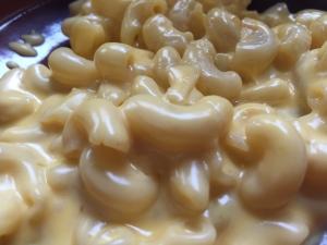 Mac and Cheese: Si eres amante del queso, este es un clásico servido en un plato hondo con todo el sabor y además gratinado.