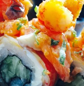 Ambrosía al paladar: El rollo Ambrosía tiene muchos ingredientes que se combinan entre sí ; camarón empanizado, cangrejo, ensalada de pulpo y salmón ahumado, pepino y aguacate, para darle un sabor único y complejo, pero sutíl a la vez, todo lo que esperas del sushi, en un solo maki.