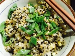 Arroz Tobiko: Un plato sencillo, jamás despreciable, así es este arroz perfumado, cocinado al dente, acompañado de granos de elote asados al comal, tobiko y cebollin, una verdadera sorpresa de texturas al paladar.
