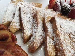 Bonjour, ¡Pan francés!: Rebanadas de pan de caja artesanal, cubierto de una mezcla de huevo, leche, vainilla y canela, espolvoreados con azúcar glass y bañados en miel de maple natural