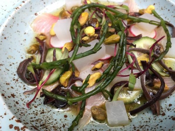 Tiradito de hamachi con salicornia